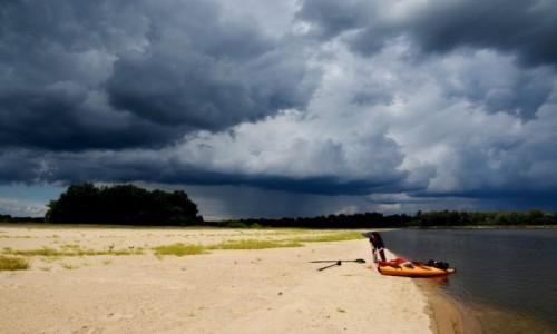 POLSKA / Mazowsze / Wyspa na Wiśle w rejonie Rudy Tarnowskiej / Nadciąga burza