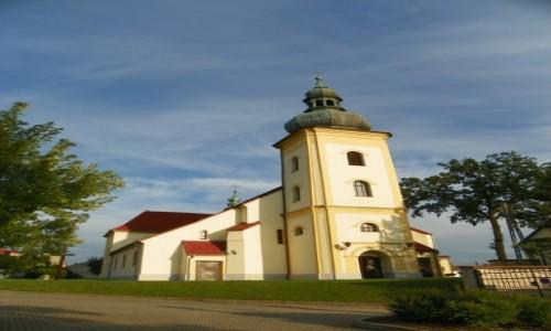 POLSKA / Śląsk Opolski / Leśnica, powiat strzelecki, województwo opolskie / Kościól pw. Trójcy Świętej, z 1717 r., przebudowany w latach 1938-39
