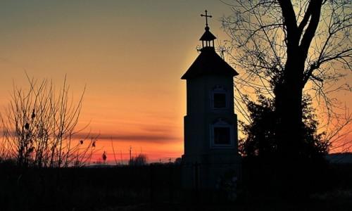 POLSKA / woj. świętokrzyskie / gdzieś w drodze / Modlitwa o zachodzie słońca