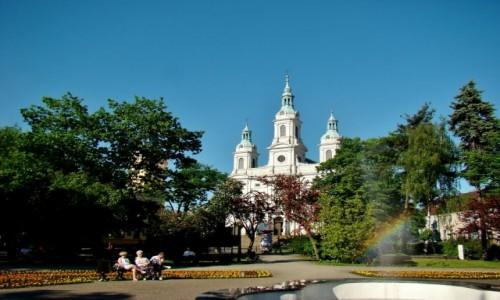 Zdjęcie POLSKA / województwo łódzkie / Radomsko / Skwerek z tęczą i kościół św.Lamberta