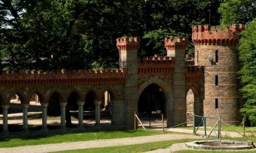 Zdjęcie POLSKA / dolnoslaskie / Kamieniec Ząbkowicki / Arkady i wieżyczka narożna w ogrodzie.