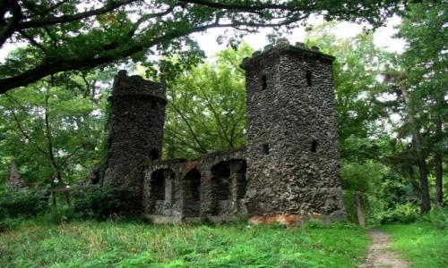 POLSKA / kolski / Kościelec / Budowla w parku nawiązująca do murów zamkowych