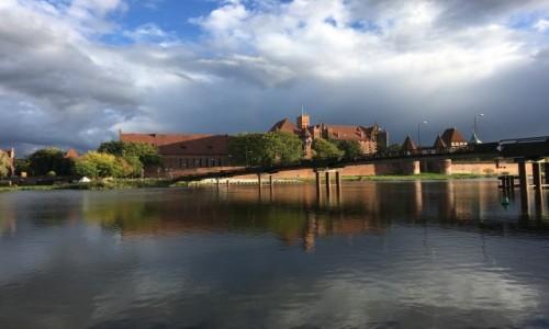 Zdjecie POLSKA / Pomorze / Malbork / Widok na zamek z nad Nogatu