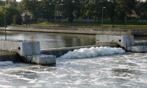 Zdjecie POLSKA / opolskie / Stopień wodny przy wyspie Bolko / Spieniona Odra