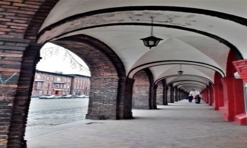 Zdjecie POLSKA / Śląsk / Pod arkadami warto wypić kawę w Byfyju, / Nikiszowiec