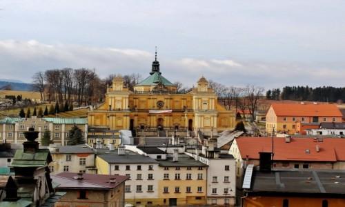 Zdjęcie POLSKA / województwo dolnośląskie / Wambierzyce / Bazylika Nawiedzenia NMP w otoczeniu wambierzyckich kamienic