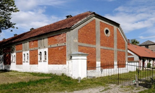 Zdjęcie POLSKA / warmińsko- mazurskie / Kamieniec / Czynne stajnie obok pałacu