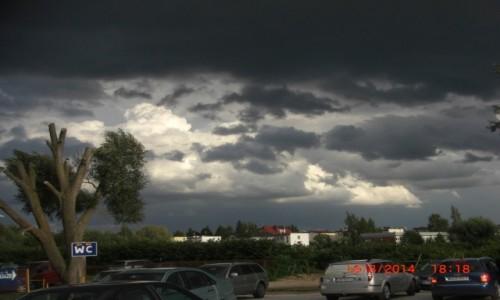 Zdjecie POLSKA / woj, Pomorskie / Mielno - parking / Burzowe chmury nad Mielnem