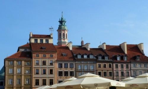 Zdjęcie POLSKA / mazowsze / Warszawa / Kamieniczki w rynku, nad parasolami
