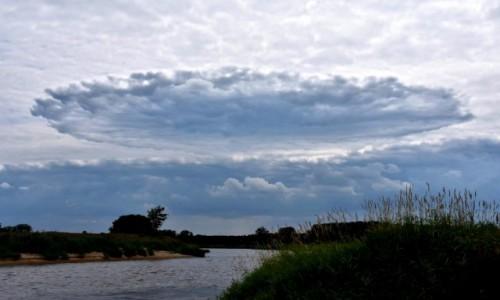 Zdjęcie POLSKA / woj.wielkopolskie / gdzieś daleko za Nowym Miastem n. Wartą / Dziwna chmura nad rzeką