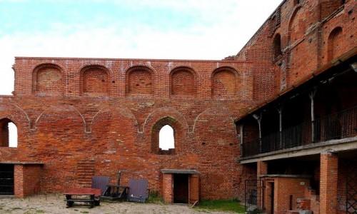 POLSKA / kujawsko-pomorskie / Radzyń Chełmiński / Ruiny zamku, dziedziniec