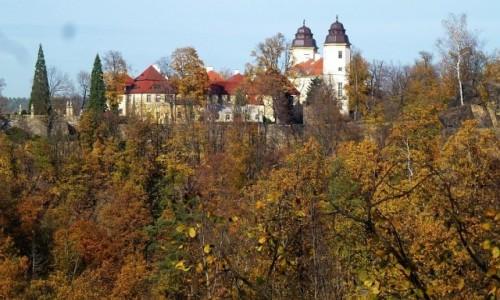 Zdjecie POLSKA / Dolny Śląsk / Wałbrzych / brama zamkowa w jesiennej oprawie