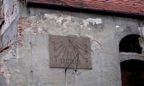 Zdjecie POLSKA / opolskie / Lewin Brzeski / Słoneczny zegar na budynku kościoła.