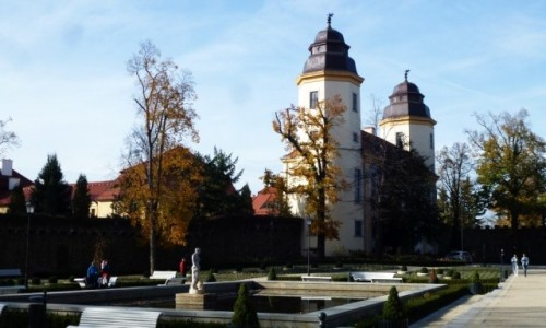 Zdjęcie POLSKA / Dolny Śląsk / Wałbrzych / brama zamkowa w jesiennej oprawie