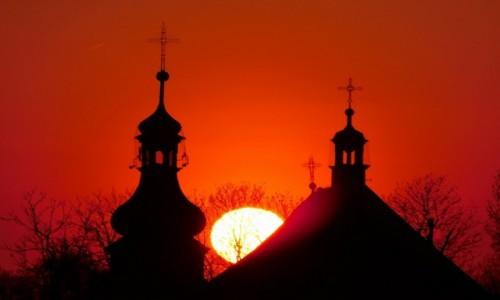 Zdjecie POLSKA / małopolska / Spytkowice / zachód słońca przy kościele