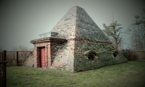 POLSKA / opolskie / Rożnów / Grobowiec  w kształcie piramidy