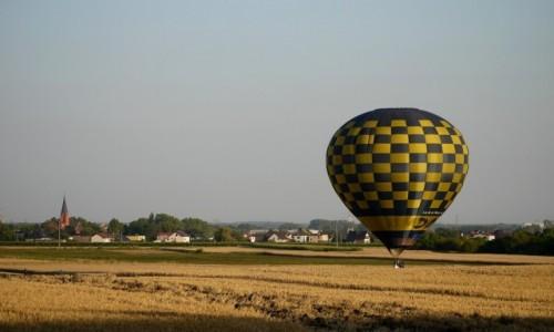 Zdjecie POLSKA / opolskie / Groszowice / Lądowanie w zbożu