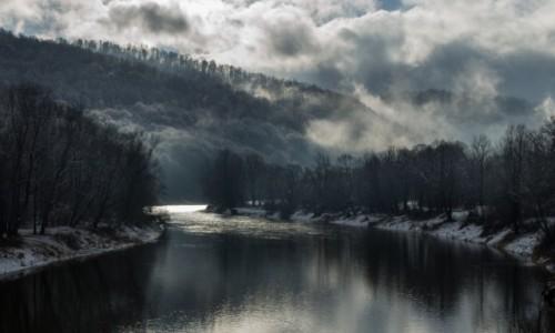 POLSKA / Podkarpacie / Bieszczady / Zimowy poranek nad Sanem