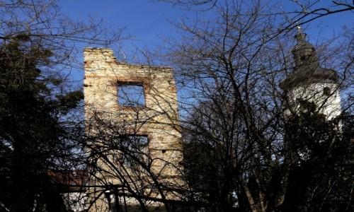 Zdjecie POLSKA / opolskie / Otmęt / Ruiny zamku, z prawej kościół