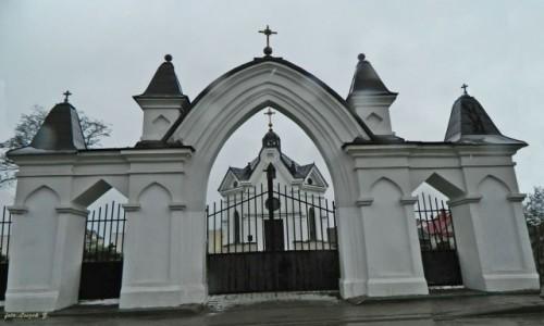 POLSKA / woj.podlaskie. / pow.białostocki. / Zabłudów - brama i kaplica św. Marii Magdaleny.