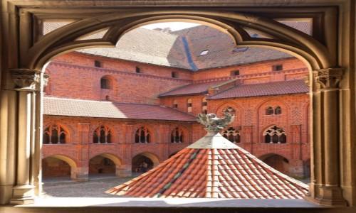 POLSKA / Malbork / Gotycki zamek krzyżacki / Widok na dziedziniec