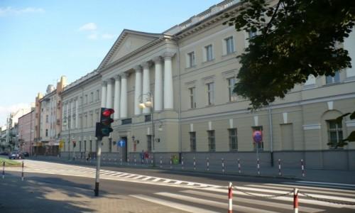 Zdjęcie POLSKA / Wielkopolska / Kalisz / Kalisz , przed Trybunałem .