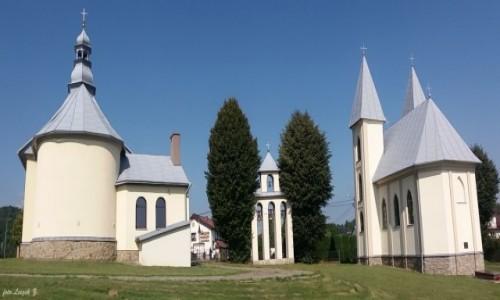 POLSKA / woj.podkarpackie. / pow.leski. / Myczków - dwa kościoły ze wspólną dzwonnicą.