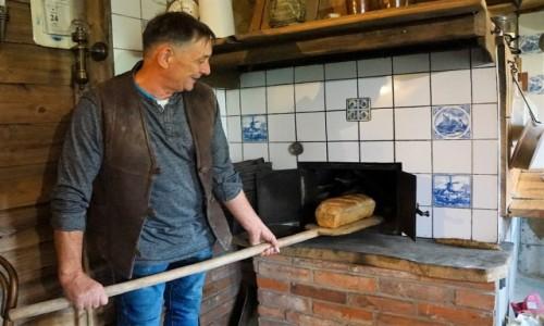 Zdjecie POLSKA / Pomorze / Mokry Dwór / Poranny wypiek chleba z wczorajszego przemiału