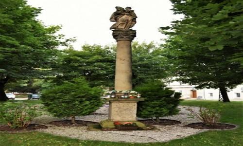 Zdjęcie POLSKA / Dolny Śląsk / Lubawka / Lubawka, zabytkowa kolumna przy kościele.