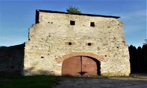 Zdjęcie POLSKA / Dolny Śląsk / Lubawka / Sulejów, opactwo cystersów, jedna z bram klasztoru
