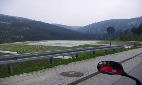 Zdjęcie POLSKA / Istebna / w drodze do istebnej  - lądowisko prezydenckie / wiosna