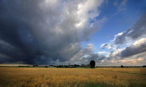 Zdjecie POLSKA / sląskie / Wilamowice k/Bielska / niebo w deszczowy dzień. to bylo latem:)