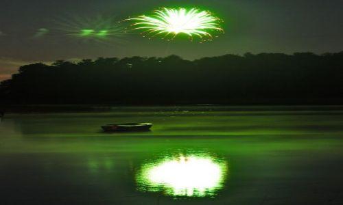 Zdjęcie POLSKA / Mazury / Serwy / Łódka w ogniu