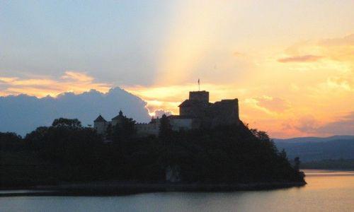 Zdjecie POLSKA / Pieniny / Niedzica / Zamek niedzicki w zachodzącym słońcu