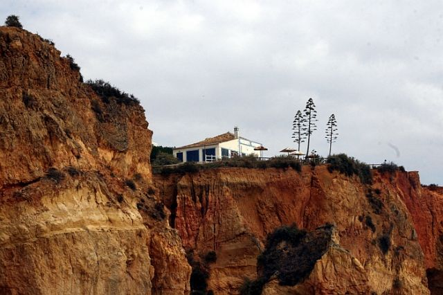 Zdjęcia: praia de rocha, algarve, domek widoczny z plazy, PORTUGALIA