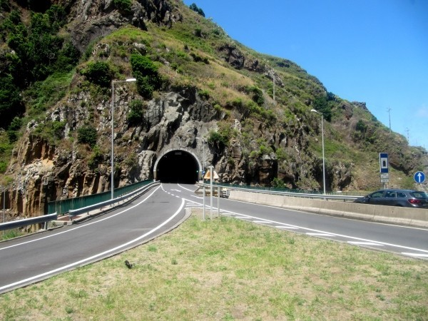 Zdjęcia: okolice Funchal, Madera, Jeden z maderskich tuneli, PORTUGALIA