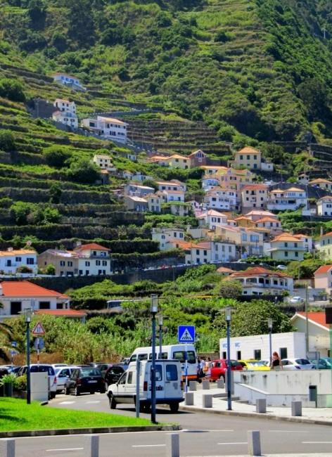 Zdjęcia: Porto Moniz, Madera, Domki wspinające się po zboczu w Porto Moniz , PORTUGALIA