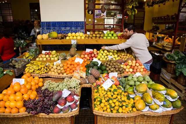 Zdjęcia: Funchal - rynek handlowy, Madera, Mercado - stoisko z owocami, PORTUGALIA