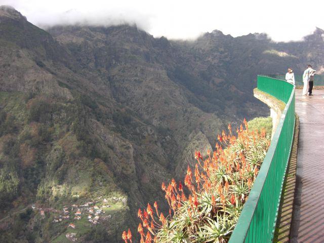 Zdj�cia: Madeira - Funchal g�ra Eira Do Serrado, Widok z g�ry Eira Do Serrado 1053m - widok na g�ry., PORTUGALIA