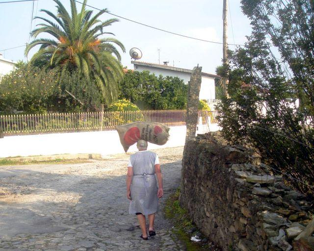 Zdjęcia: Miasteczko koło Porto, Kobieta, PORTUGALIA