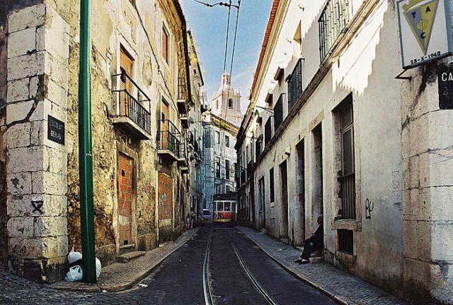Zdjęcia: stare miasto, Lizbona, tramwaje w ciasnych uliczkach, PORTUGALIA