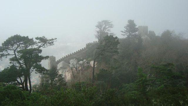 Zdjęcia: Sintra, Mury we mgle i deszczu, PORTUGALIA