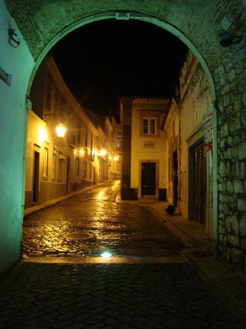 Zdjęcia: Lagos, Faro z bramy nocą, PORTUGALIA