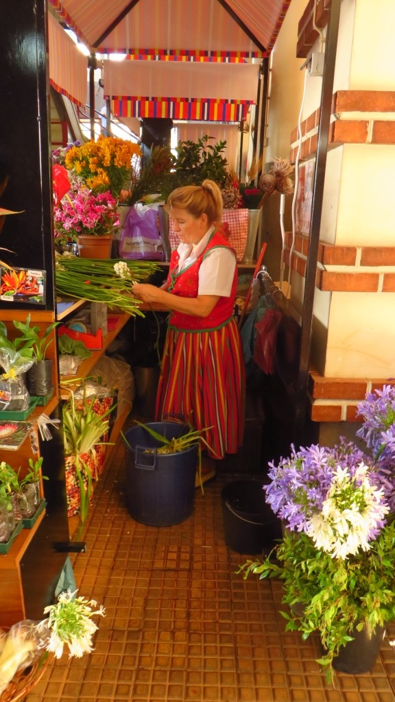 Zdjęcia: Funchal, Madera, targ rolników - kwiaciarka, PORTUGALIA
