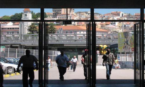 Zdjecie PORTUGALIA / - / Lizbona / Wyjście z portu rzecznego Cais do Sodre