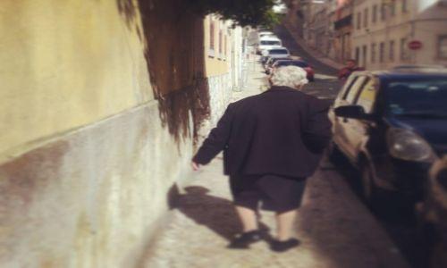 Zdjecie PORTUGALIA / Lisboa / Graca / Dona H. na spacerze