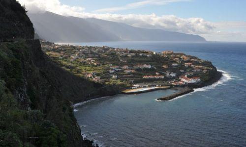 Zdjecie PORTUGALIA / Madera / Północno-wschodnie wybrzeże Ponta Delgada / Na wybrzeżu
