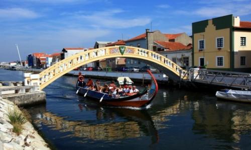 Zdjecie PORTUGALIA / Aveiro / Kanał czerwony / Pod mostem