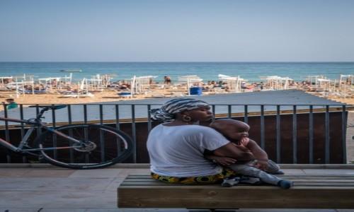 Zdjecie PORTUGALIA / Algarve / Albufeira / Kobieta przy pl