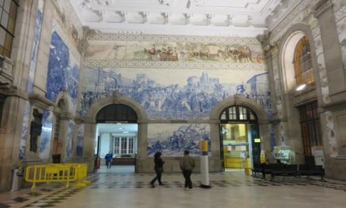 Zdjecie PORTUGALIA / PORTO / PORTO / AZULEJOS w HALI  DWORCA SAO BENTO